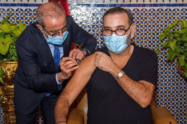 """الملك محمد السادس يتلقى الجرعة الأولى من القاح المضاد ل""""كوفيد 19"""""""